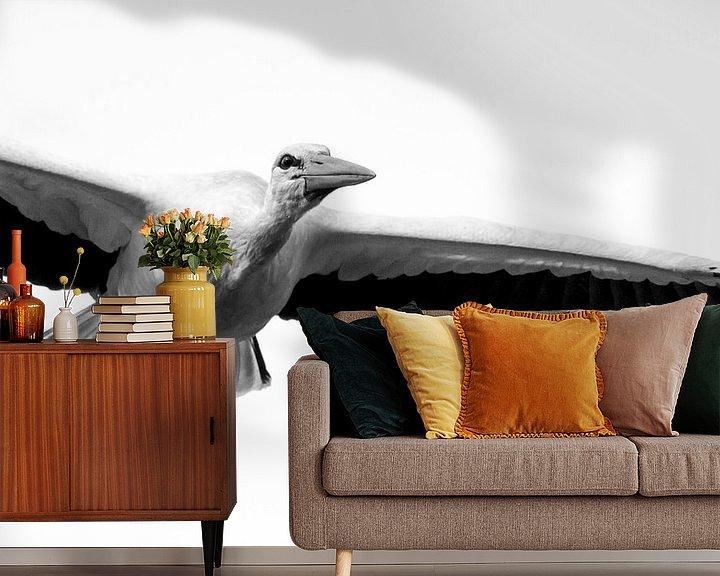 Sfeerimpressie behang: Ooievaar in vlucht zwart wit van Rando Kromkamp