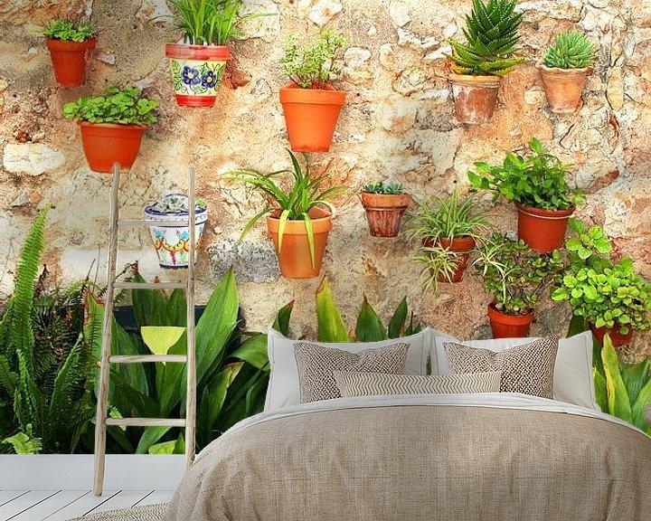 Sfeerimpressie behang: Muur met planten van Inge Hogenbijl