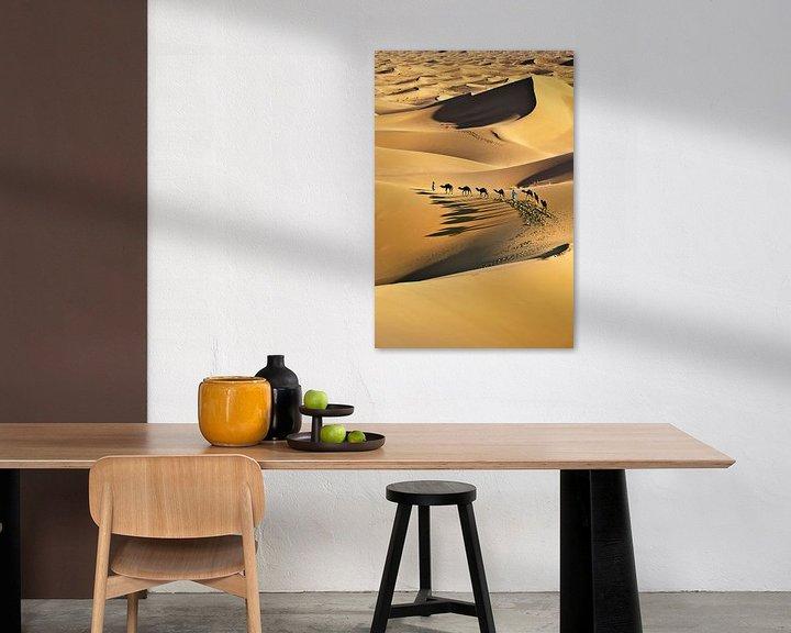 Impression: Désert du Sahara, caravane de chameaux et chameliers sur Frans Lemmens