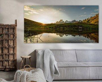Reflet du coucher de soleil dans les montagnes sur Coen Weesjes