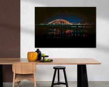 Stadt Nijmegen in den Niederlanden: Nachtaufnahme der Brücke über die Waal
