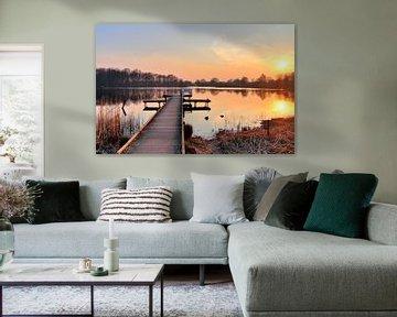 Petite jetée sur un lac avec un coucher de soleil jaune orangé sur MPfoto71
