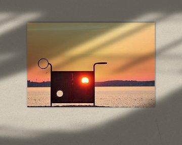 Romantischer orangefarbener Sonnenuntergang an der Ostsee - die Sonne scheint direkt durch eine Torw von MPfoto71