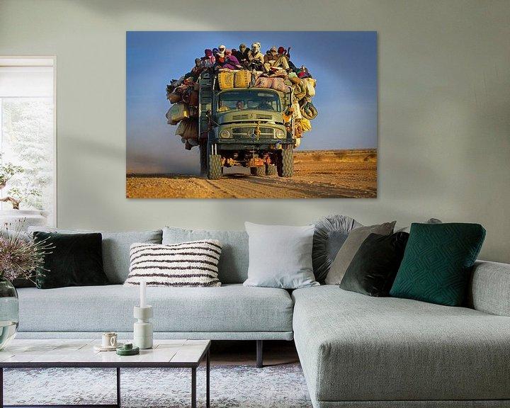 Impression: Camion avec des gens dans le désert du Sahara sur Frans Lemmens