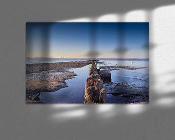 Am Strand der Ostsee an den Resten eines Piers mit einem klaren blauen Himmel von MPfoto71