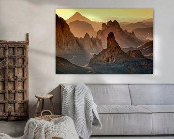 Le désert du Sahara. Lever de soleil dans les montagnes du Hoggar en Algérie