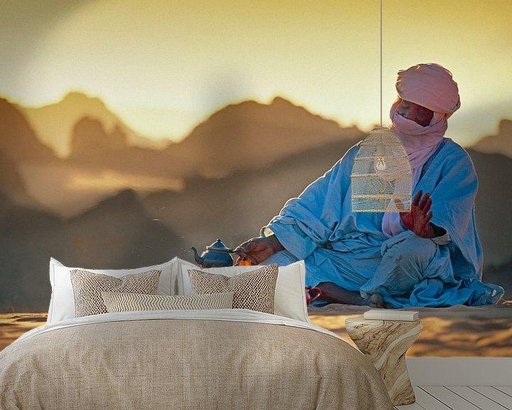 Impression: Le désert du Sahara. Un homme touareg fait du thé sur le sable sur Frans Lemmens
