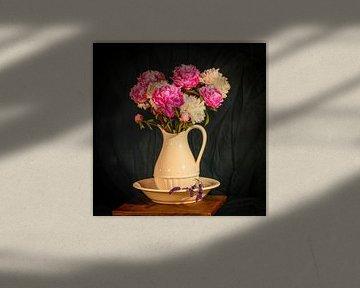 Stilleven pioenrozen in vaas met lavendel.