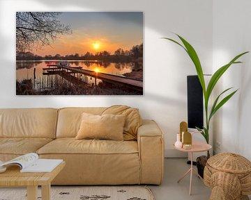 Kleine aanlegsteiger aan een meer met een oranjegele zonsondergang van MPfoto71
