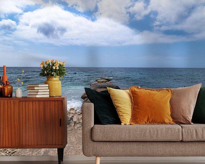 Sfeerimpressie behang: Curacao Pietermaaiweg Zeezicht met Golfbreker van Marly De Kok