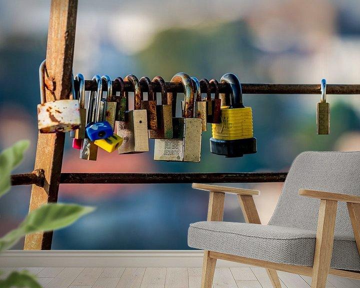 Sfeerimpressie behang: Lovelocks of love hangslot dat lievelingen aan een hek op een brug vastzetten om hun liefde voor elk van Urban Photo Lab