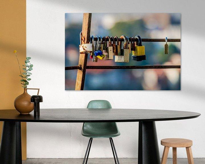 Sfeerimpressie: Lovelocks of love hangslot dat lievelingen aan een hek op een brug vastzetten om hun liefde voor elk van Urban Photo Lab