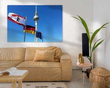 Tour de télévision de Berlin avec des drapeaux
