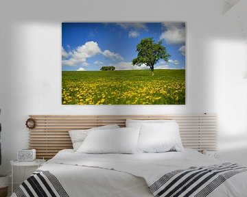 Landschaft mit Baum und Löwenzahn von Ivonne Wierink