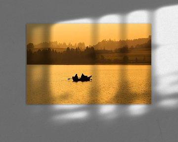Zwei Angler im Ruderboot auf dem See im Sonnenuntergang
