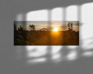 Zonsopkomst panorama met Vulkaan Gunung Agung vanuit Ubud van Ellis Peeters