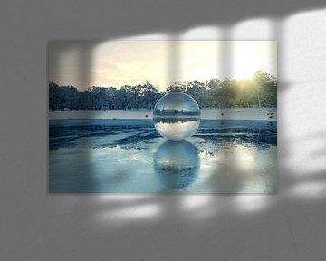 Glazen bol op bevroren meer van Besa Art