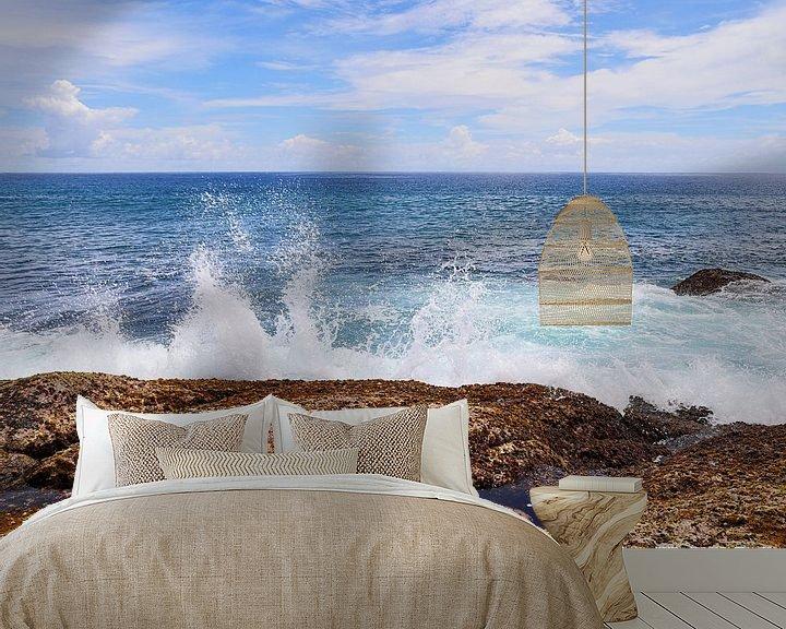 Beispiel fototapete: Ozean Welle die gegen einen Felsen prallt - weiße Gischt vor türkisblauem Wasser von MPfoto71
