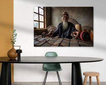 De meester van de gamelan spelend in zijn simpele huis in Salatiga, Midden Java, Indonesie van Anges van der Logt