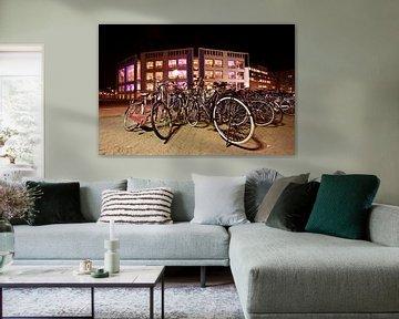 Radfahren vor dem Konzertsaal in Amsterdam Niederlande bei Nacht von Nisangha Masselink