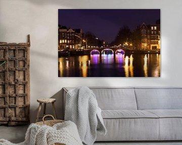 Amsterdam aan de Amstel bij avond van Nisangha Masselink