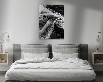 Gemälde eines sitzenden männlichen Modells in Schwarz-Weiß. von Therese Brals