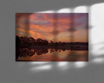 Kleurrijke zonsopgang aan het meer van cuhle-fotos