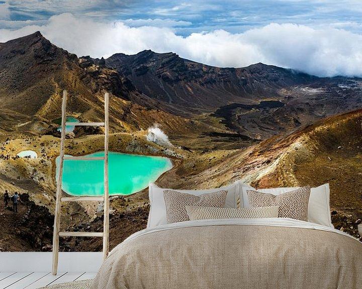 Sfeerimpressie behang: Panorama met de Emerald lakes, vanaf de Red Crater, Tongariro Alpine Crossing van Paul van Putten