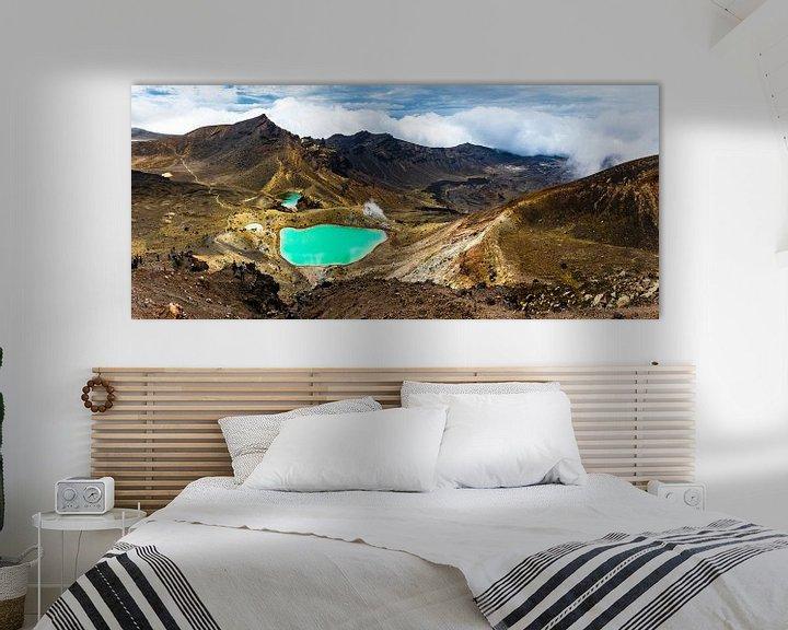 Sfeerimpressie: Panorama met de Emerald lakes, vanaf de Red Crater, Tongariro Alpine Crossing van Paul van Putten