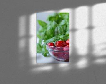 Verse tomaten en basilicum van Martina Weidner
