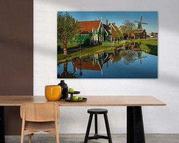 Eine Spiegelung der Häuser und eine Windmühle auf der Zaanse Schans von Anges van der Logt