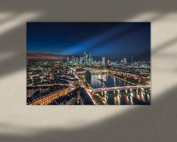 Frankfurt am Main in de nacht van bovenaf van Fotos by Jan Wehnert