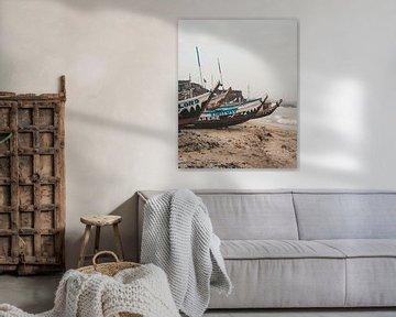 Traditionele houten bootjes op het strand van Jamestown in Accra, Ghana van Michiel Dros