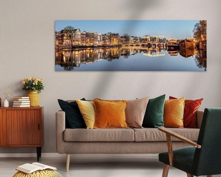 Sfeerimpressie: Grachtenhuizen aan de Amstel rivier in Amsterdam van Frans Lemmens