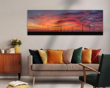 Windturbines en oude windmolen bij de Eemshaven van Frans Lemmens