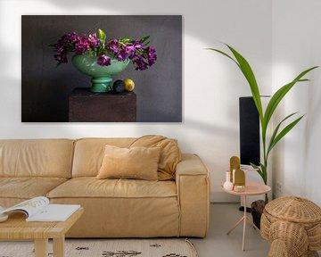 Stilleven van paarse bloemen in groene vaas van Affect Fotografie