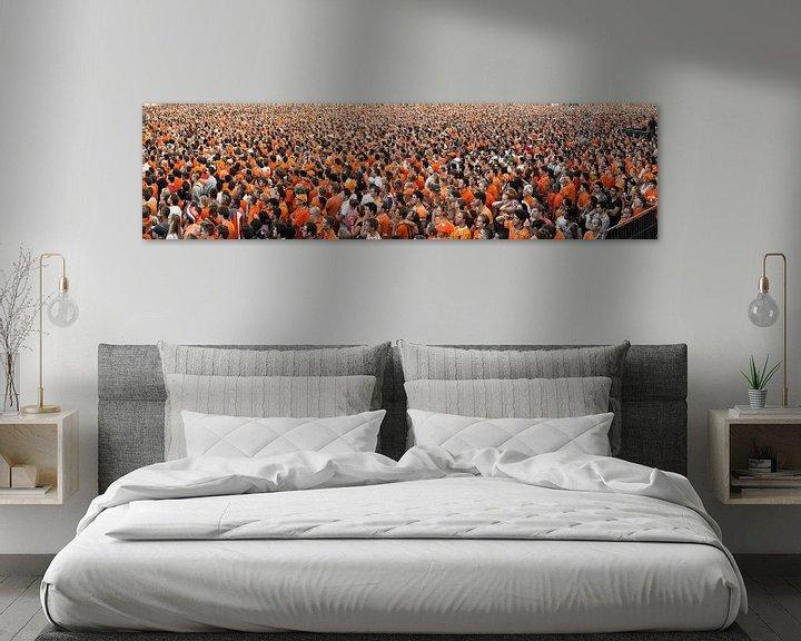 Beispiel: Panorama von Menschenmengen, die die niederländische Nationalmannschaft auf Videoleinwand beobachten von Frans Lemmens