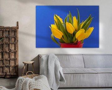 Blumenstrauss aus gelben Tulpen vor blauem Hintergrund von Ivonne Wierink