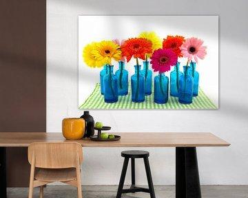 Bunte Gerberas in blauen Vasen von Ivonne Wierink