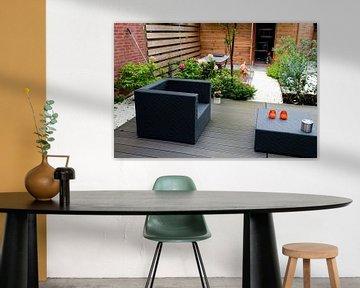 Moderner Garten mit eleganten Möbeln von Ivonne Wierink