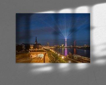 Skyline de Düsseldorf dans la soirée sur Michael Valjak