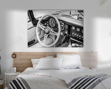 Jaguar E-Type Roadster, intérieur de voiture de sport d'époque en noir et blanc sur Sjoerd van der Wal