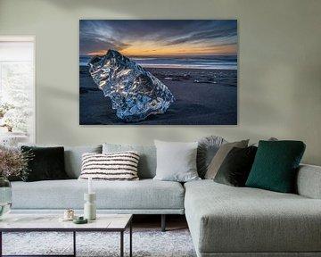 Een groot stuk ijs op het strand tijdens zonsopkomst, bij het Jokulsarlon meer in het zuiden van IJs van Anges van der Logt