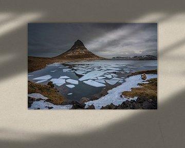 Fotograaf aan de rand van het meer bij de Kirkjufell berg in West IJsland van Anges van der Logt