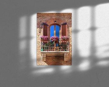 Balkon mit Blumen in San Gimignano, Italien