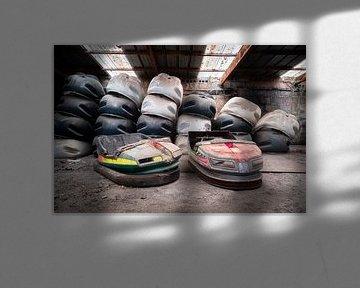 Verlassene Autoscooter in der Garage. von Roman Robroek