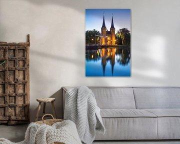 Oostpoort Delft in het blauwe uur van Ilya Korzelius