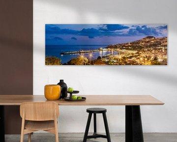 Panorama van Funchal op Madeira bij nacht van Werner Dieterich