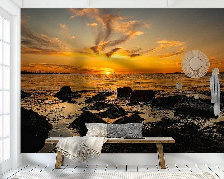 Sfeerimpressie behang: Zonsondergang op het Water van Brian Morgan