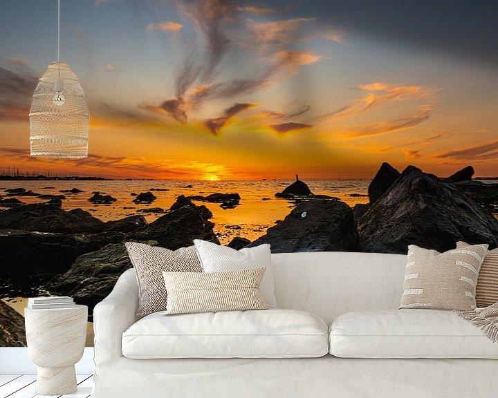 Sfeerimpressie behang: Zonsondergang tijdens eb op zee. van Brian Morgan